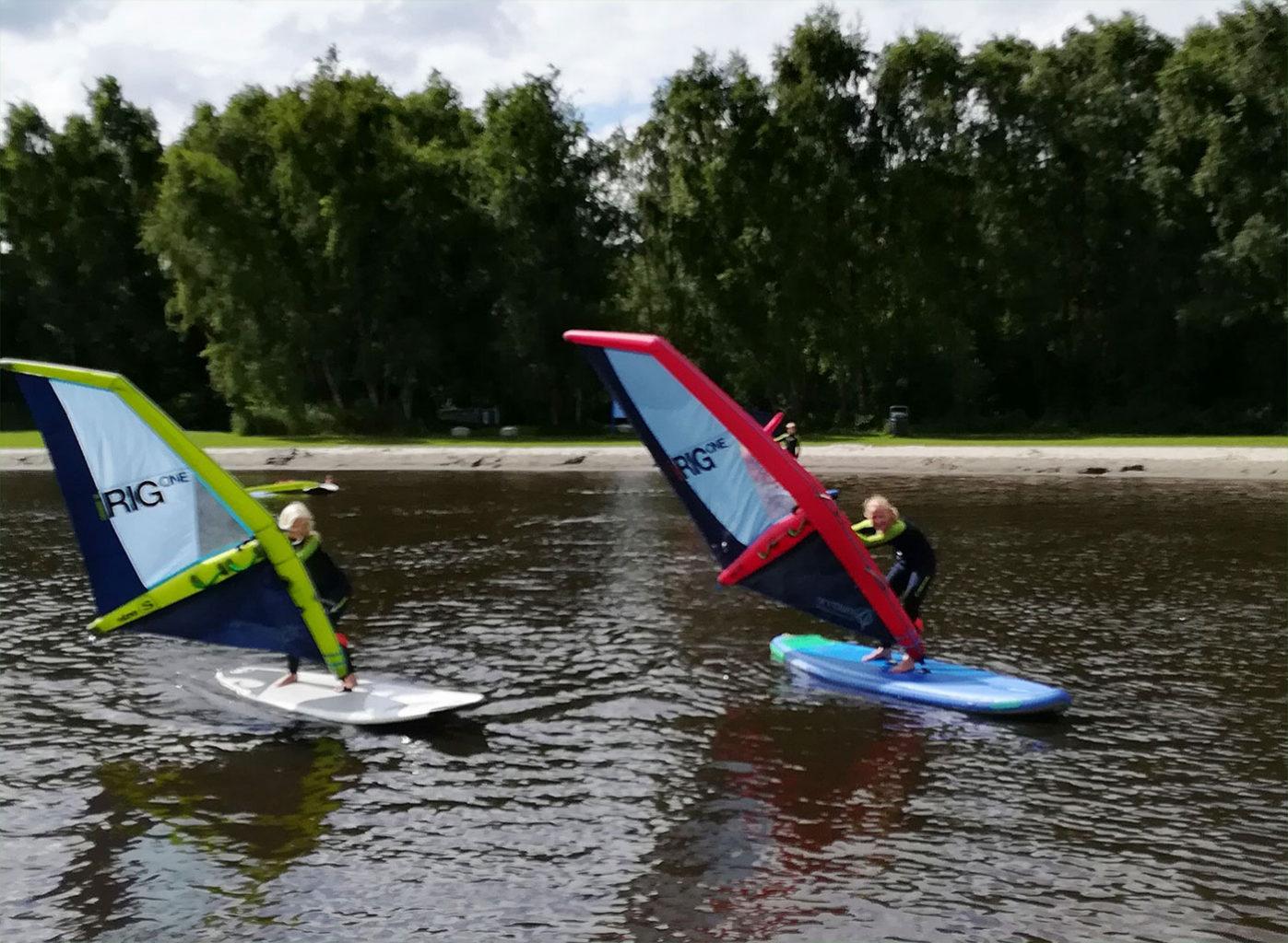Jeugd windsurfles